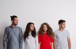 Portret van jonge groep vrienden in een studio, tribune uit van het menigteconcept stock fotografie