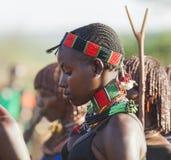 Portret van jonge Hamar-vrouw bij stieren springende ceremonie Turmi, Omo-Vallei, Ethiopië Royalty-vrije Stock Foto's