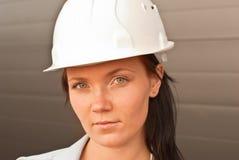 Portret van jonge ingenieur op bouwwerf Royalty-vrije Stock Foto's