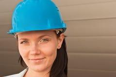 Portret van jonge ingenieur op bouwwerf Royalty-vrije Stock Afbeelding