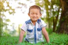 Portret van jonge jongen in aard Stock Afbeelding