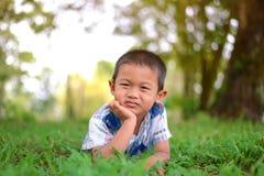 Portret van jonge jongen in aard Royalty-vrije Stock Fotografie