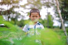 Portret van jonge jongen in aard Royalty-vrije Stock Foto's
