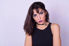 Portret van jonge Kaukasische vrouw over grijze achtergrond Royalty-vrije Stock Afbeeldingen