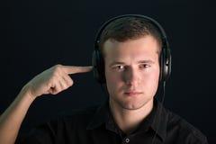 Portret van jonge kerel met hoofdtelefoons Stock Afbeeldingen