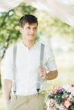Portret van jonge knappe bruidegom in openlucht Fijne Kunstfotografie Stock Foto's