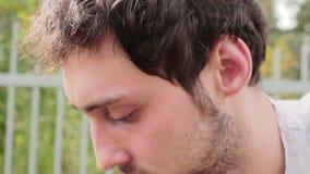 Portret van jonge knappe gebaarde donkere haired kerel met grote leuke bruine ogen stock footage