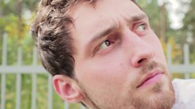 Portret van jonge knappe gebaarde donkere haired kerel met grote leuke bruine ogen stock video