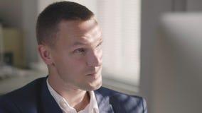 Portret van jonge knappe mannelijke Kaukasische bureauwerknemer stock videobeelden