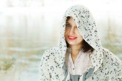 Portret van jonge lachende vrouw Royalty-vrije Stock Foto's