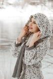 Portret van jonge lachende vrouw Stock Foto