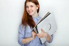 Portret van jonge leuke roodharigevrouw die blauw gestreept overhemd dragen die met geluk en vreugde glimlachen terwijl het stell Stock Afbeelding