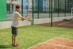 Portret van jonge mannelijke tennisspeler op hof op een zonnige dag stock afbeelding
