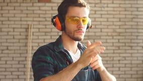 Portret van Jonge mannelijke timmerman die in workshop camera bekijken stock video