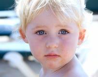 Portret van jonge meisje of peuter op strand Stock Afbeeldingen