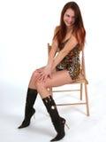 Portret van jonge modelzitting op stoel Royalty-vrije Stock Afbeeldingen