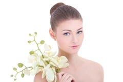 Portret van jonge mooie die vrouw met orchidee op wit wordt geïsoleerd Royalty-vrije Stock Foto