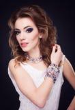 Portret van jonge mooie donkerbruine vrouw in juwelen die o bevinden zich Royalty-vrije Stock Fotografie