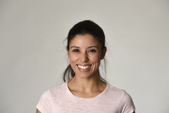 Portret van jonge mooie en gelukkige Latijnse vrouw met grote toothy opgewekt en vrolijke glimlach Stock Afbeeldingen