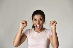 Portret van jonge mooie en gelukkige Latijnse vrouw met grote toothy opgewekt en vrolijke glimlach Stock Foto's