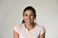 Portret van jonge mooie en gelukkige Latijnse vrouw met grote toothy opgewekt en vrolijke glimlach royalty-vrije stock foto's