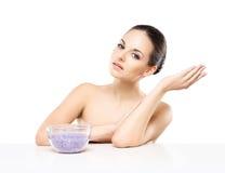 Portret van jonge, mooie en gezonde vrouw met mineraal zout Stock Foto's