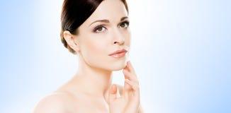 Portret van jonge, mooie en gezonde vrouw: over blauwe backgr Royalty-vrije Stock Afbeelding