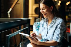 Portret van jonge mooie glimlachende donkerbruine vrouw Stock Afbeeldingen