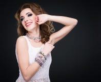 Portret van jonge mooie glimlachende donkerbruine vrouw in juwelen st Royalty-vrije Stock Afbeelding