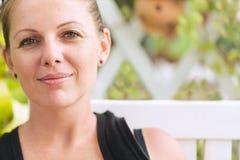 Portret van jonge mooie glimlachende vrouw royalty-vrije stock fotografie