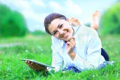 Portret van jonge mooie glimlachende vrouw met tabletpc stock afbeelding