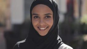 Portret van jonge mooie moslimvrouw die hijab headscarf lachen dragen vrolijk in de oude stad Sluit omhoog stock footage