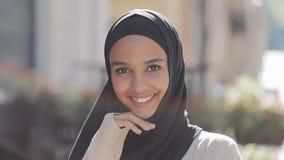Portret van jonge mooie moslimvrouw die hijab headscarf lachen dragen vrolijk in de oude stad Sluit omhoog stock videobeelden