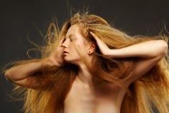Mooie krullende roodharige vrouw Royalty-vrije Stock Foto's