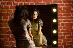 Portret van jonge mooie sexy vrouw status dichtbij spiegel met royalty-vrije stock foto's