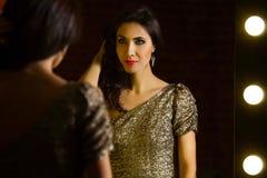 Portret van jonge mooie sexy vrouw status dichtbij spiegel met royalty-vrije stock foto
