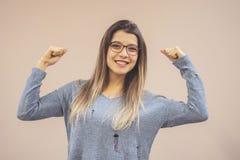 Portret van jonge mooie sterke vrouw geïsoleerde achtergrond stock foto's