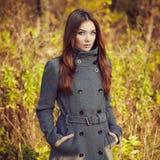 Portret van jonge mooie vrouw in de herfstlaag royalty-vrije stock foto