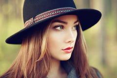 Portret van jonge mooie vrouw in de herfstlaag stock afbeelding