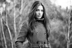 Portret van jonge mooie vrouw in de herfstlaag royalty-vrije stock afbeeldingen