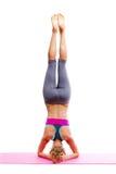 Portret van jonge mooie vrouw die geïsoleerde yoga doen - stock afbeelding