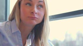 Portret van jonge mooie vrouw die verse salade thuis eten stock video