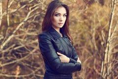 Portret van jonge mooie vrouw in leerjasje royalty-vrije stock afbeelding
