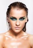 Portret van jonge mooie vrouw met groene natte het glanzen make-up Stock Foto's