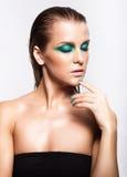 Portret van jonge mooie vrouw met groene natte het glanzen make-up Stock Foto