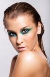 Portret van jonge mooie vrouw met groene natte het glanzen make-up Stock Afbeeldingen