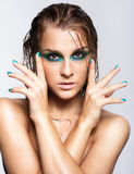Portret van jonge mooie vrouw met groene natte het glanzen make-up Stock Fotografie