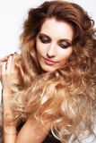 Portret van jonge mooie vrouw met krullende ruwharige haarstijl Royalty-vrije Stock Fotografie