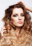 Portret van jonge mooie vrouw met krullende ruwharige haarstijl Royalty-vrije Stock Foto's