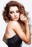 Portret van jonge mooie vrouw met krullende ruwharige haarstijl Royalty-vrije Stock Foto